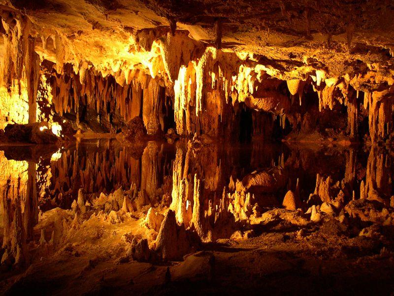 Reflecting_cavern_lake