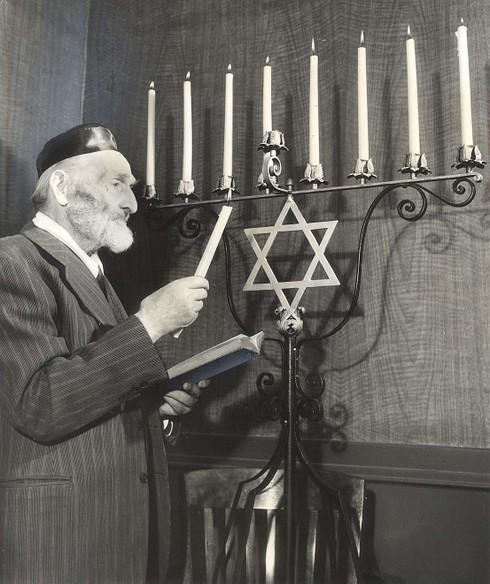Hanukkah_1951_1229_benjamin_gorelik